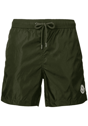 Moncler logo plaque swimming trunks - Green