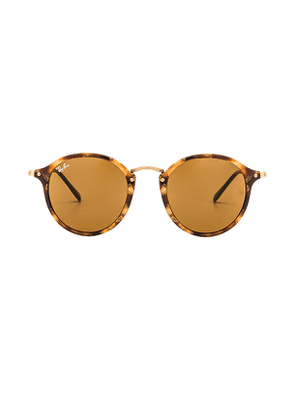 Ray-Ban Round Fleck in Brown.