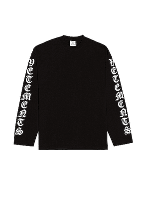 VETEMENTS Gothic Font Longsleeve in Black - Black. Size XL (also in ).